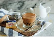 Кафе с чай (Хонконг) --> Миксът от кафе, чай и мляко впечатлява още с първата глътка! Нужни са 4 торбички с черен чай, черен пипер, кондензирано мляко и 2 шота кафе.